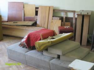 Стари мебели трошене