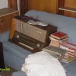 Извозване на старо радио и книги